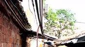 茂名茂南区有一台小车遇查画慌不择路开进前宽后窄的巷子卡死