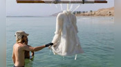 将一件大衣浸泡在死海中,2年后再捞出来,最后惊艳了众人!