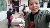 四川农村:看自贡小伙一家在弄什么?有多少人看得懂??