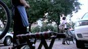 农村姑娘自行车坏了,一听说修车要60块钱,吓的连忙把车推走