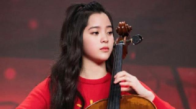 """入学伯克利后首次演出 学生气的欧阳娜娜更""""大提琴女神"""""""