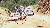现场:丽江突发山体滑坡巨石滚落 轿车瞬间被压扁致2人遇难