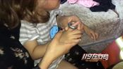 安徽阜阳:2岁男孩手指被卡 消防耐心解救