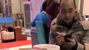 中国酒都,酱香仁怀。这个小视频体现了茅台酱香酒的档次。吃着三百多的宵夜,喝着两千多的酒!茅台人不是多有钱,而是对家乡的热爱。