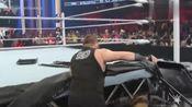 wwe精彩回首:欧文斯将迪安扔向了围栏,还在擂台上休息了起来!