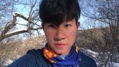 程小锦爬山去看雪景,结果遇到大风被吹跑了!