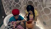 曾小贤胡一菲躲在洗手间里面,一身印度人打扮,把艾派德给