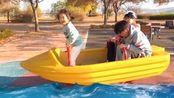博拉姆变身小小船长,开着小船带着哥哥一起乘风破浪